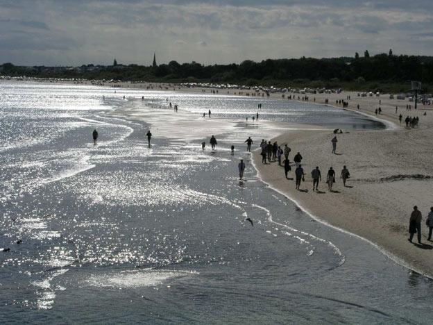 """Foto aus der Galerie """"Unterwegs"""", Titel: Menschen am Strand"""